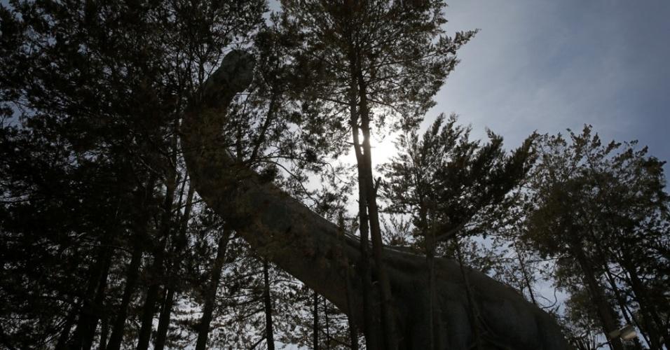 17.ago.2016 - A réplica de um dinossauro é uma das atrações do parque Cretáceo, em Cal Orcko, na Bolívia. O local ficou famoso e atrai turistas após arqueólogos anunciarem a descoberta de uma pegada de cerca de 1,20 metros de diâmetro de um dinossauro terópode Abelissauro, um dos maiores do planeta