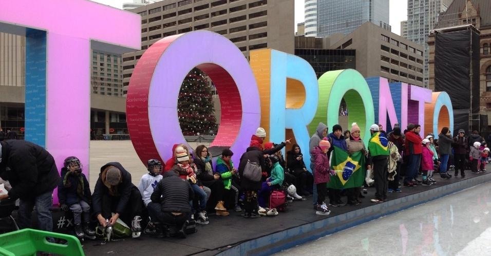 4.dez.2016 - Brasileiros em Toronto, no Canadá, participam de protesto em favor da Operação Lava Jato