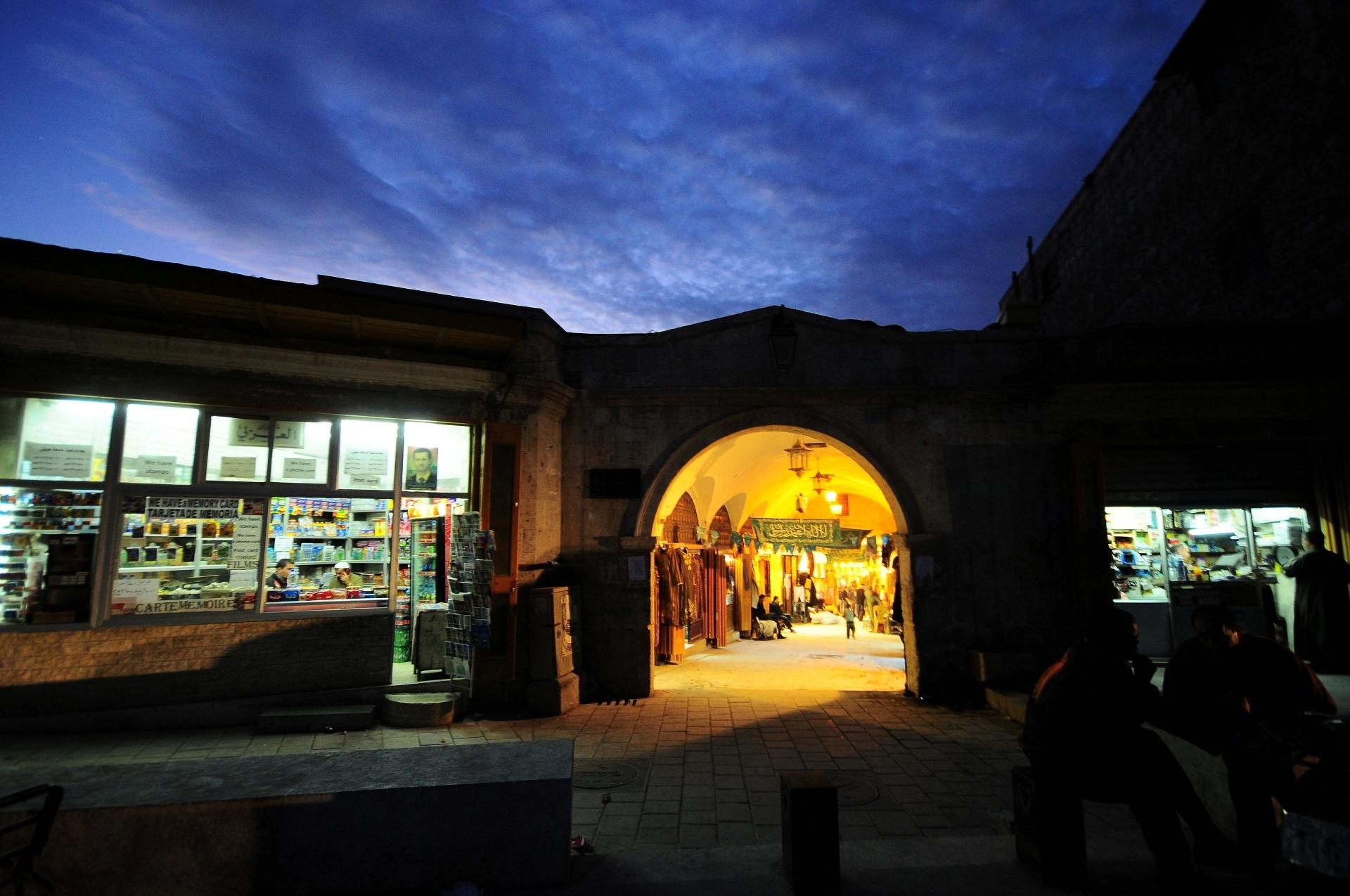 22.dez.2016 - A entrada de grande área de mercado da era islâmica, chamado de souk de al-Zarab, era desta forma em 2008, em Aleppo, na Síria. O local atraia turistas, mas foi destruído em combates entre 2012 e 2013