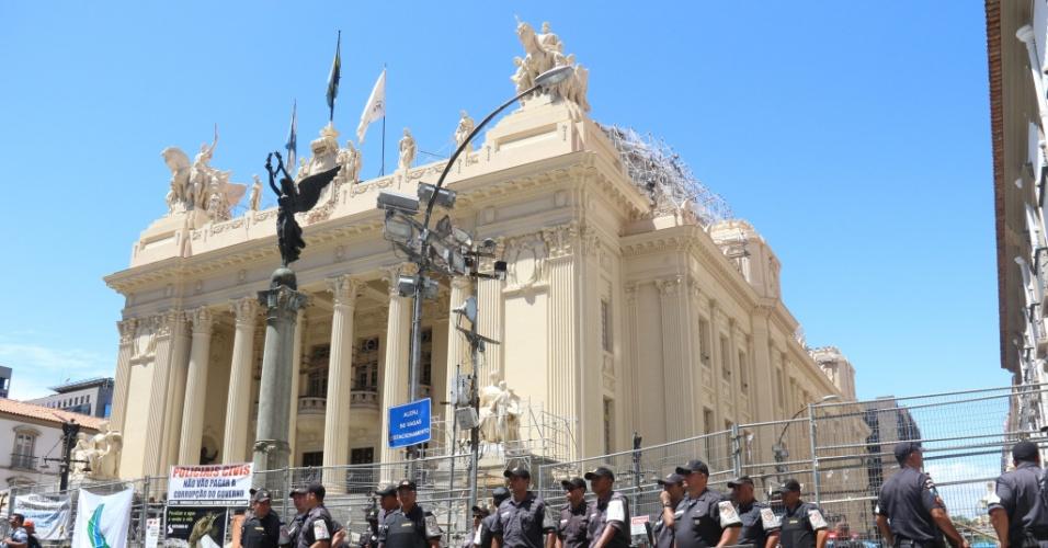 9.fev.2017 - Segurança é reforçada durante protesto de servidores do Estado do Rio de Janeiro em frente à Alerj contra pacote de austeridade