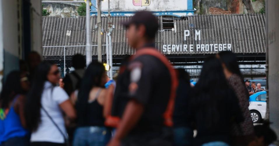 10.fev.2017 - Parentes de policiais militares tentam bloquear saída no 6º Batalhão de Polícia Militar, na Tijuca, zona norte do Rio de Janeiro
