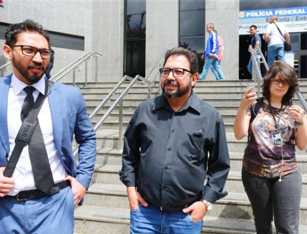 """O blogueiro Eduardo Guimarães (ao centro), do """"Blog da Cidadania"""", deixa a PF em SP depois de ser ouvido por conta de um mandado de condução coercitiva expedido pelo juiz Sergio Moro"""