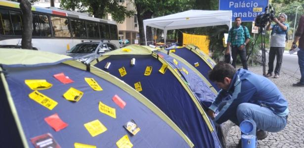 Professores instalaram barracas e tendas no canteiro central da rua Pinheiro Machado, na zona sul do Rio, em frente ao Palácio Guanabara