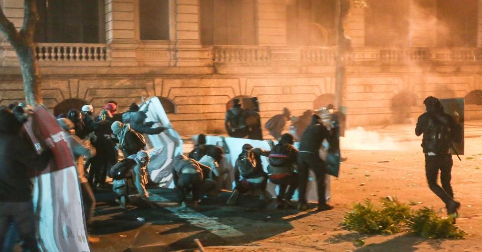 Manifestantes entram em confronto com a Polícia Militar no final de protesto contra Michel Temer no Rio de Janeiro