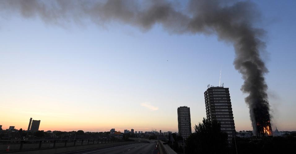 14.jun.2017 - Da estrada A-40 é possível avistar o edifício em chamas no subúrbio de Londres