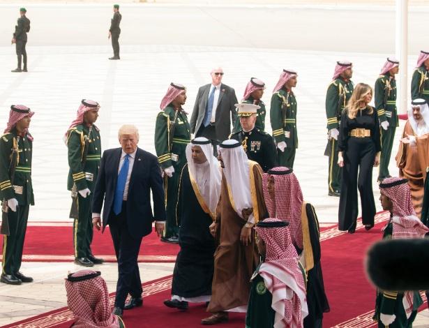 Rei Salman da Arábia Saudita encontra Donald Trump em aeroporto na Arábia Saudita