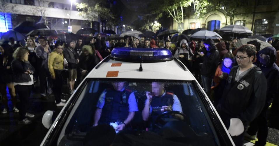 1.out.2017 - A polícia catalã faz patrulhamento em meio a pessoas reunidas do lado de fora de uma escola de Figueras, município da província de Girona