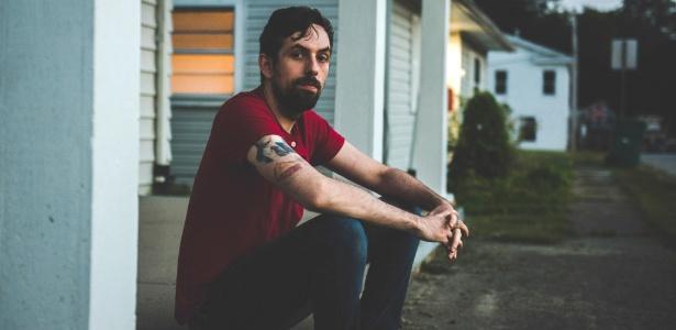 Tony Hovater na entrada de sua casa em New Carlisle, Ohio, EUA