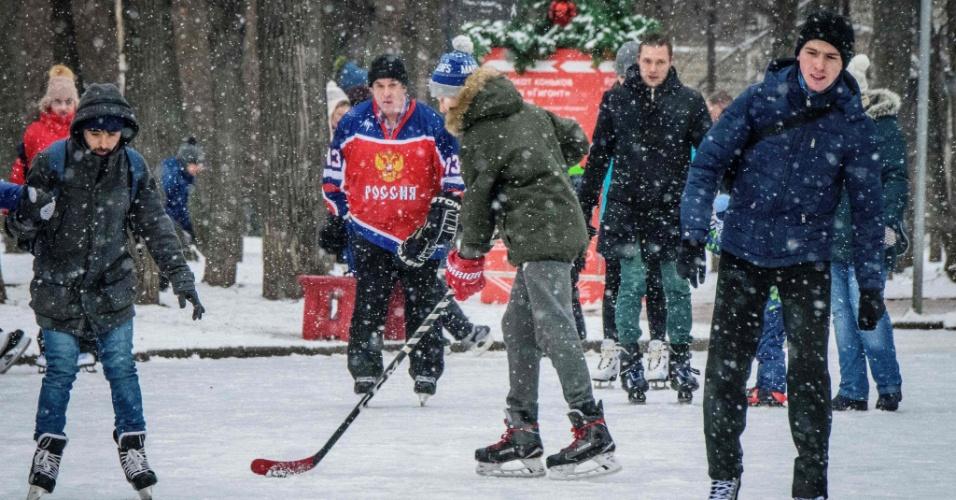 13.jan.2018 - Homens brincam sobre um lago congelado do Parque Sokolniki em Moscou