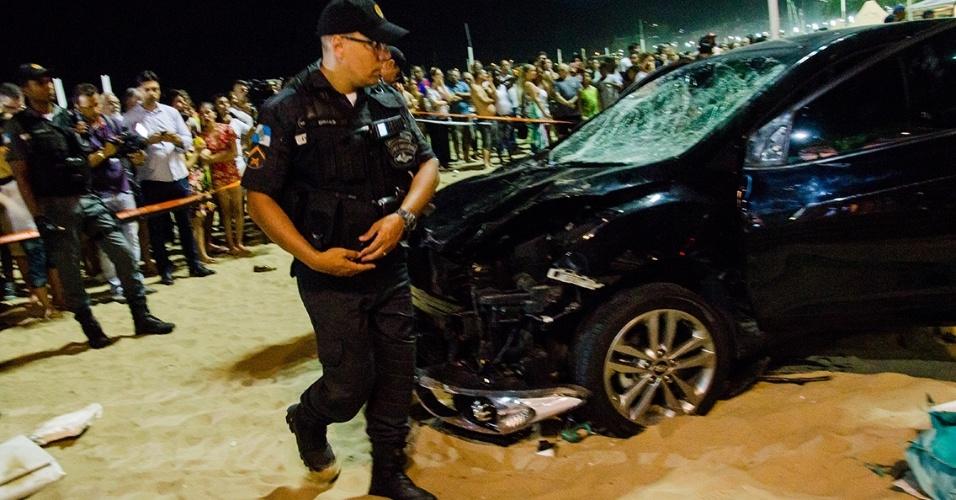 18.jan.18 - Carro invade calçadão na orla de Copacabana na noite desta quinta (18). Pelo menos 15 pessoas foram atingidas. Motorista disse ter sofrido um ataque epilético, e polícia descarta hipótese de ataque terrorista.