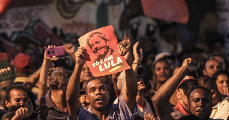 Manifestantes pró-Lula se dirigem ao Sindicato dos Metalúrgicos do ABC, em São Bernardo do Campo, para apoiarem o ex-presidente após o juiz Sérgio Moro autorizar um mandado de prisão contra ele