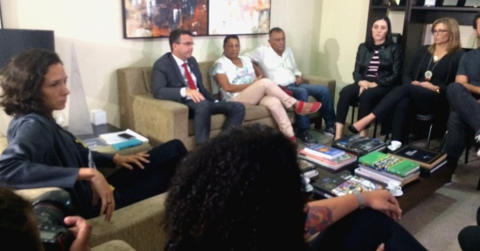 Familiares e amigos da vereadora Marielle Franco em reunião na Polícia Civil do Rio