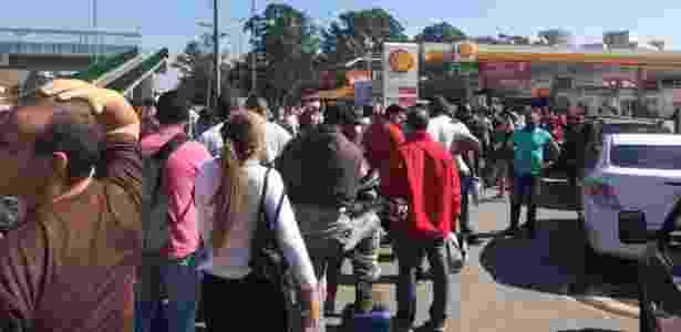 Pessoas fazem fila para encher galões em posto na Raposo - Bruno Freitas/UOL