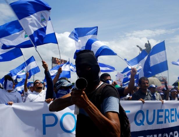Manifestante segura morteiro em protesto nesta quinta-feira (12) - Oswaldo Rivas/Reuters