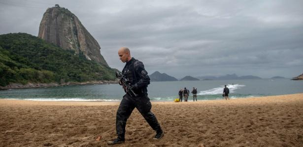 Foto de operação na Praia Vermelha, no Rio, em 8 de junho, ilustra reportagem do Wall Street Journal sobre êxodo de brasileiros ricos - Mauro Pimentel / AFP Photo
