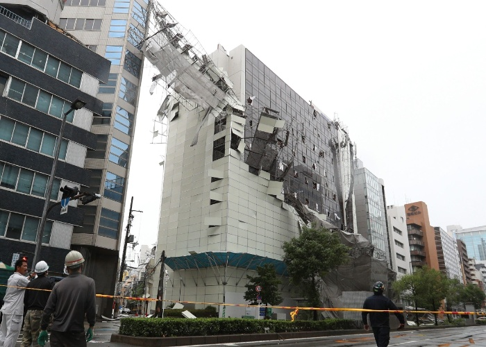 4.set.2018 - Prédio danificado pelo impacto do tufão Jebi em Osaka, no oeste do Japão