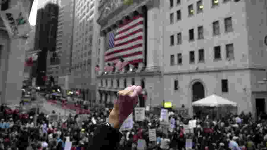 25.9.2008 - Manifestantes protestam contra o pacote de ajuda de 700 bilhões do governo norte-americano ao sistema financeiro, diante da Bolsa de Valores de Nova York - AFP