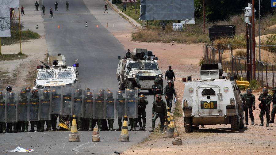 24.fev.2014 - Membros da Guarda Nacional Bolivariana montam guarda na fronteira entre Venezuela e Brasil, em Roraima - Nelson Almeida / AFP