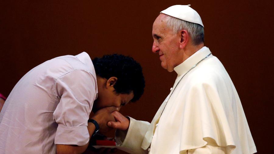 27.jul.2013 - Jovem beija anel do Papa Francisco durante um encontro no Rio de Janeiro - Stefano Rellandini/Reuters