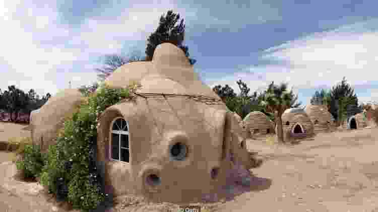 Casas de superadobe no Instituto Cal-Earth, organização fundada por Nader Khalili para compartilhar sua técnica - Getty Images