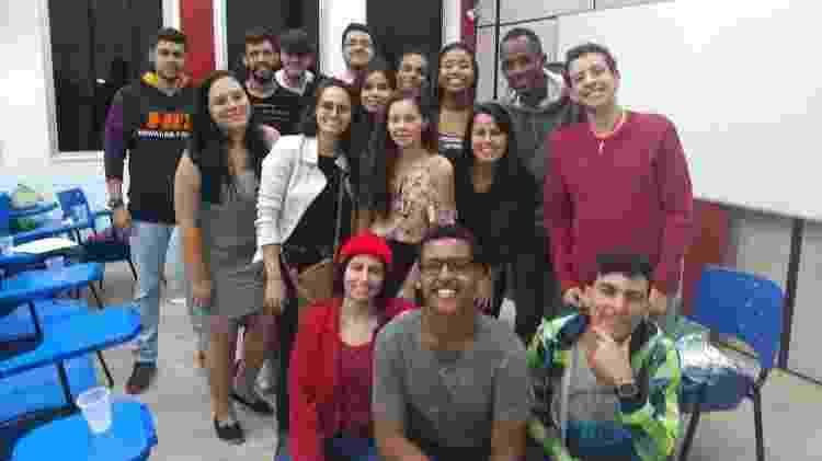 Elcimar da Silva, de moletom cinza à direita, e seus colegas de turma na UFF - Arquivo Pessoal