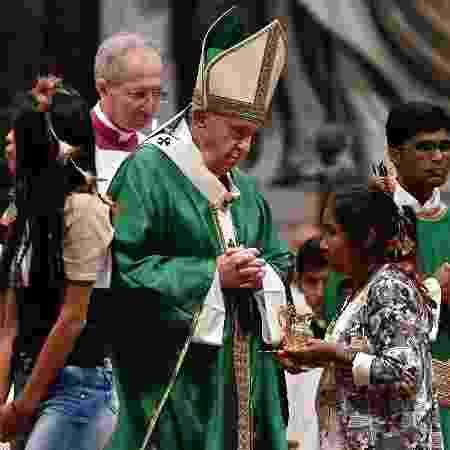 06.out.2019 - Papa Francisco celebra missa na Basílica de São Pedro, no Vaticano, para abrir o Sínodo da Amazônia - Tiziana FABI/AFP
