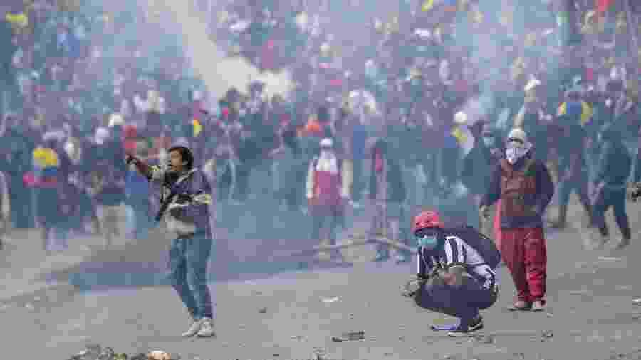 8.out.2019 - Manifestantes entram em conflito com a polícia próximo à Assembleia Nacional em Quito, no Equador - Martin Bernetti/AFP
