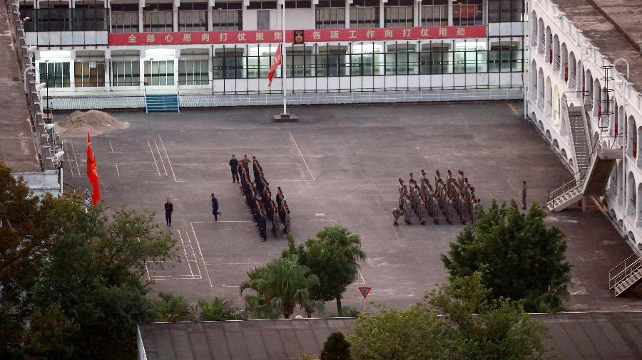 Soldados ficam em formação perto da Universidade Politécnica de Hong Kong - Thomas Peter/Reuters