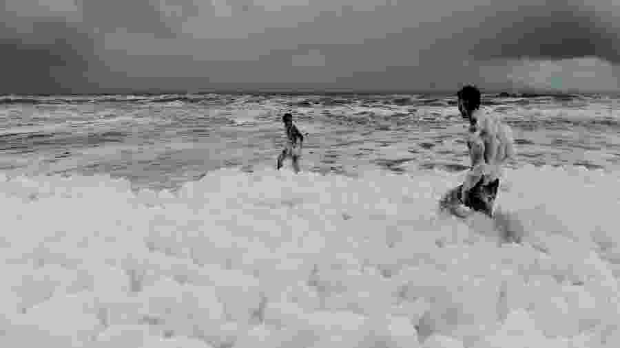 Espuma tóxima atinge praia na Índia -  Arun SANKAR / AFP