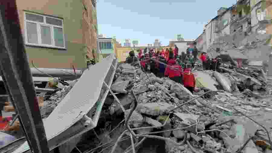 25.jan.2020 - Autoridades turcas e policiais trabalhavam no local de um prédio desabado após um terremoto de magnitude 6,8 em Elazig - Ali Haydar Gozlu/AFP