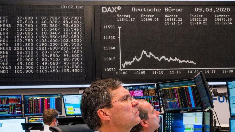 9.mar.2020 - Funcionários observam gráfico do índice de ações da Alemanha DAX na bolsa de valores de Frankfurt  - Torsten Silz/AFP