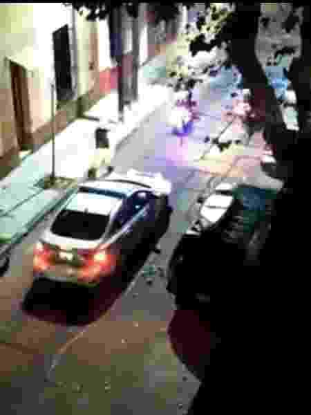 Homem foi escoltado até sua casa em Buenos Aires, mas imagens de redes sociais registraram fuga logo após saída de viaturas - Reprodução
