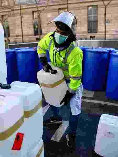 Farmácia em Paris (França) fabrica álcool em gel no meio da rua em combate ao coronavírus - Julien Mattia/Anadolu Agency via Getty Images