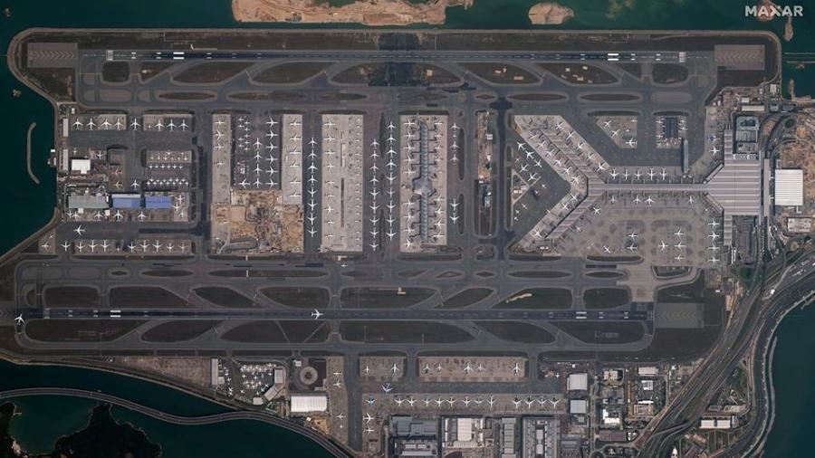 Aviões estacionados no aeroporto de Hong Kong - Reprodução/Facebook/Maxar