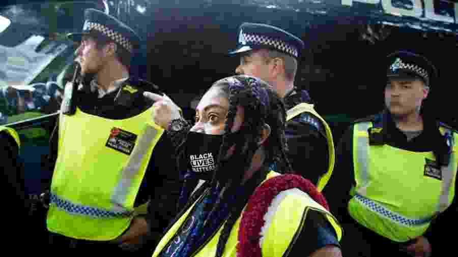21.jun.2020 - Mulher ao lado de uma van da polícia durante manifestação do movimento Black Lives Matter no Reino Unido - Thabo Jaiyesimi/SOPA Images/LightRocket via Getty Images