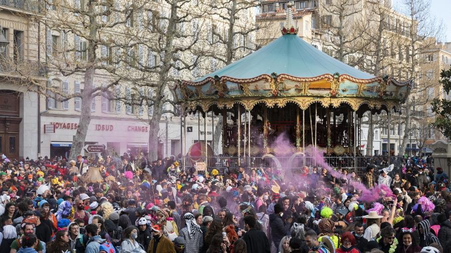 21.mar.2021 - Milhares de pessoas curtiram um carnaval improvisado e não autorizado na Canebiere Street, em Marselha, sul da França - Christophe Simon/AFP