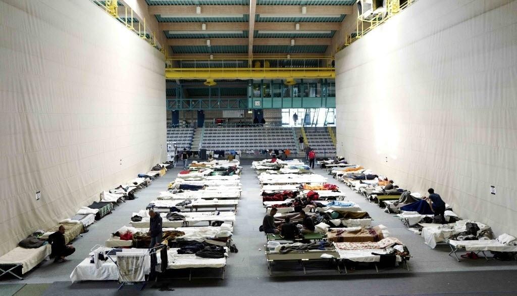29.set.2015 - As camas improvisadas dos migrantes aparecem enfileiradas em um abrigo em um salão de esportes em Hanau, na Alemanha. A Organização Internacional para Migrações afirmou que o número de refugiados que chegou à Europa neste ano bateu o recorde. Mais de um terço fugiu da guerra civil na Síria e quase 2.900 pessoas morreram durante a travessia