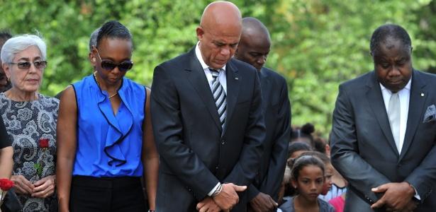 O presidente do Haiti, Michel Martelly, em homenagem às vítimas de uma série de ataques terroristas ocorridos em Paris, em 2015
