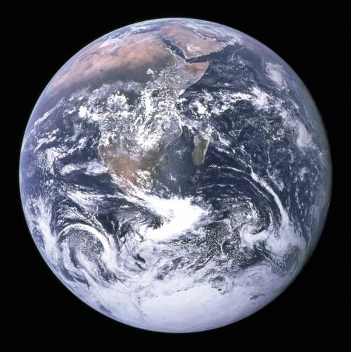 7.dez.2015 - A Nasa (agência espacial norte-americana) revelou imagem histórica de 7 de dezembro de 1972, capturada pela tripulação da Apollo 17 a caminho da Lua. Foi a primeira foto registrada em todos os tempos da calota polar sul. Ainda é possível ver boa parte da África e da Península Árabe