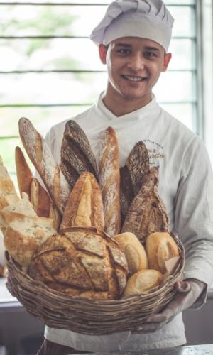 Padeiro apresenta pães da Sagrado Boulangerie, padaria móvel que atende Alphaville (SP)