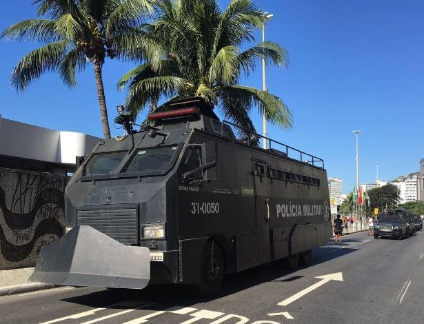 """A PM deslocou grande efetivo, incluindo o blindado """"caveirão"""", para os atos em Copacabana, no Rio"""