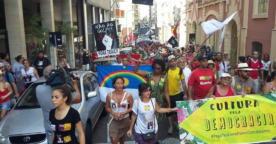 17.abr.2016 - Ato da Cultura contra impeachment reúne 3 mil pessoas em Porto Alegre