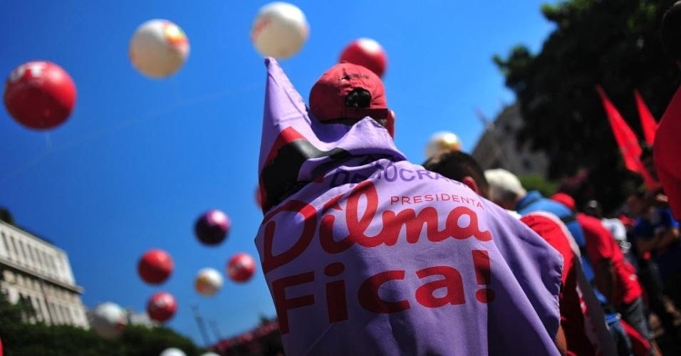 17.abr.2016 - Manifestantes se reúnem contra o impeachment da presidente Dilma Rousseff no Vale do Anhangabaú, no centro de São Paulo