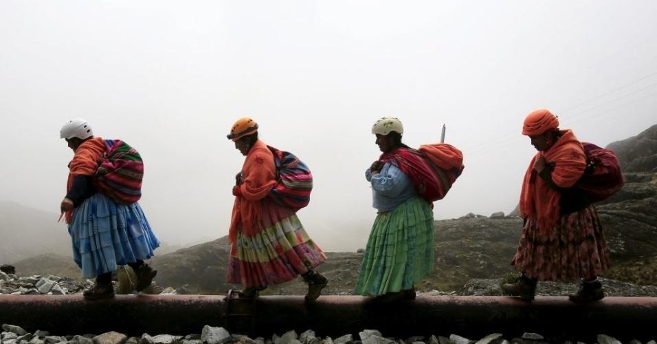 """21.abr.2016 - As """"cholitas"""" montanhistas sonham agora em colocar uma bandeira boliviana no cume do Aconcágua, o mais alto das Américas, localizado nos Andes argentinos, perto da fronteira com o Chile. Na foto, elas escalam o monte Huayna Potosi, na Bolívia"""