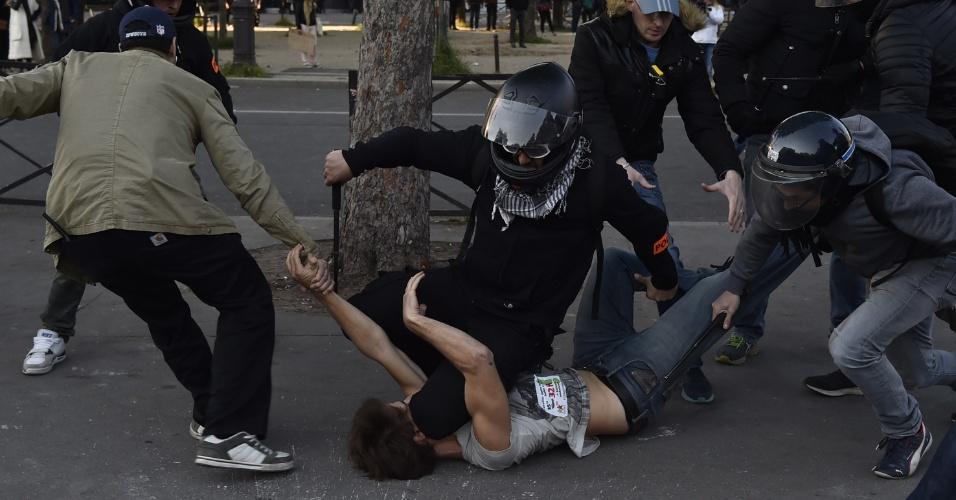 1º.mai.2016 - Policiais à paisana prendem manifestante durante protesto pelo Dia do Trabalho em Paris, capital da França