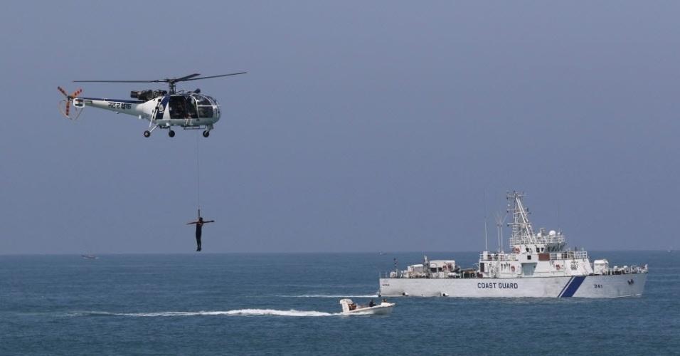 3.mai.2016 - Guarda costeira indiana participa de uma simulação durante um exercício da oficina Nacional de Pesquisa Marítima, no mar da Arábia, na costa de Mumbai, Índia