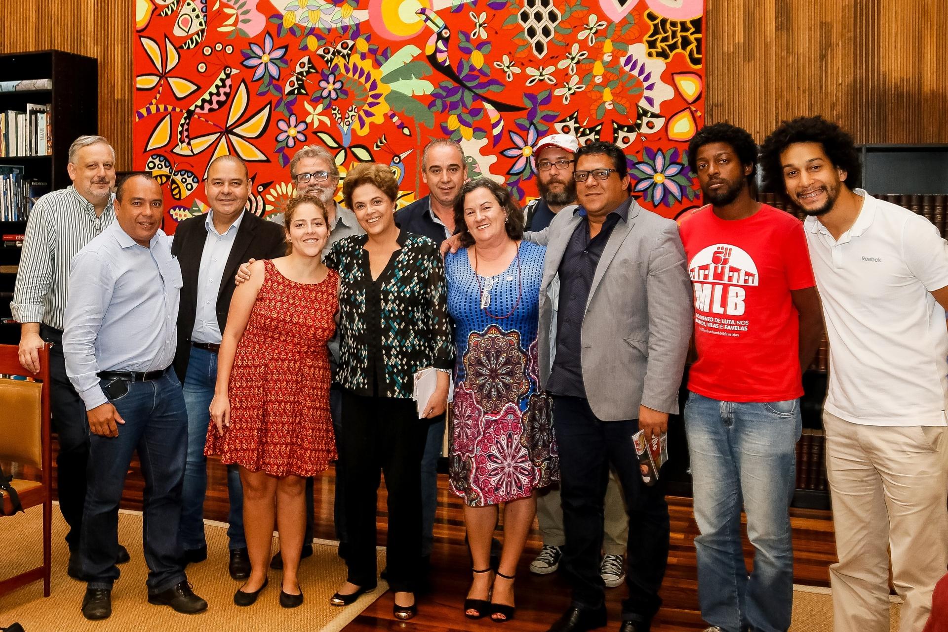 19.mai.2016 - A presidente afastada Dilma Rousseff recebe representantes da Frente Brasil Popular e da Frente Povo Sem Medo, entre outros movimentos sociais, no Palácio da Alvorada, em Brasília