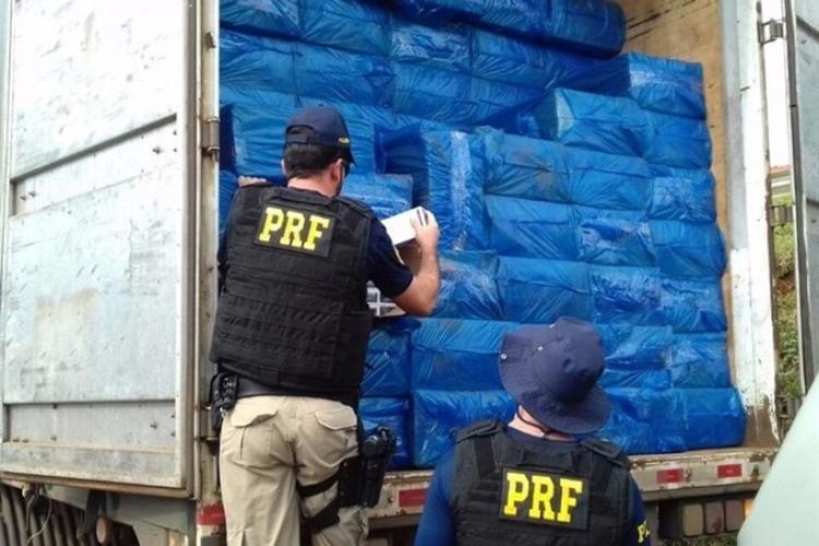 29.mai.2016 - A Polícia Rodoviária Federal (PRF) apreendeu no sábado (28) cerca de 750 mil maços de cigarros contrabandeados do Paraguai, avaliados em R$3,75 milhões, em Maringá, no norte do Paraná.O contrabando estava em uma carreta, que bateu na traseira de um carro na BR-376 (Rodovia do Café), no Contorno Norte de Maringá