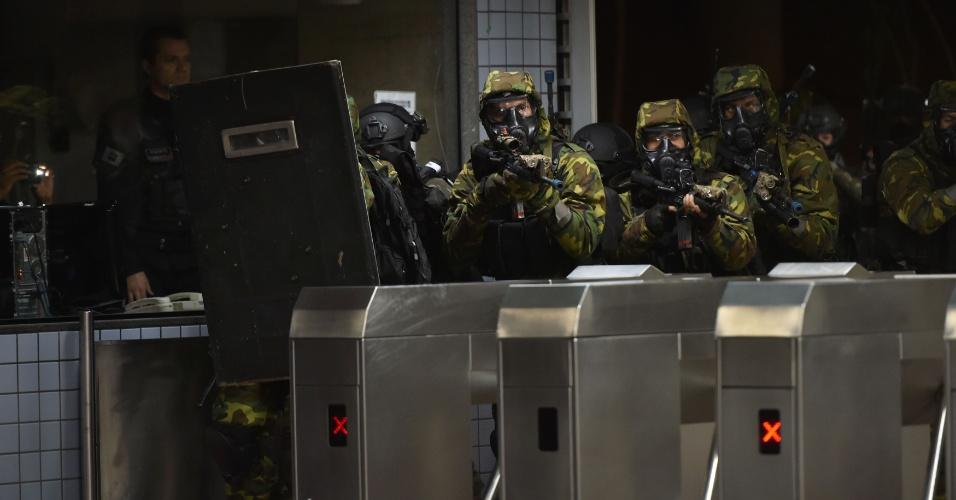 29.jul.2015 - Tropas de operações especiais do Exército e da Polícia Militar fazem treinamento contra terrorismo na estação de metrô Central, em Brasília (DF). O exercício acontece em função das Olimpíadas, Brasília recebe 10 jogos do torneio olímpico de futebol
