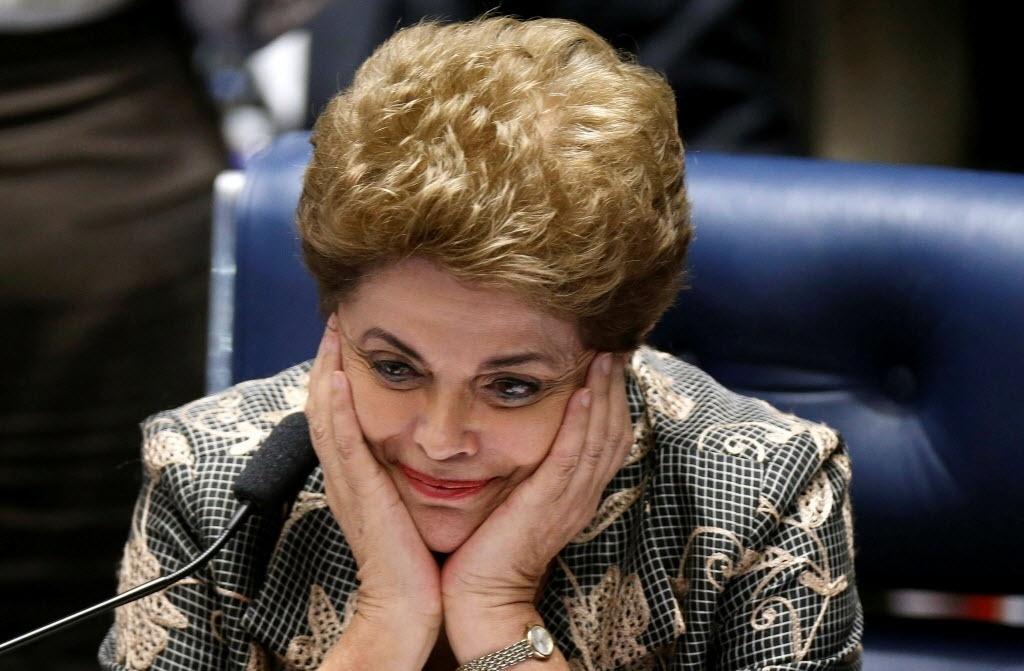 29.ago.2016 - Já afastada, a presidente Dilma Rousseff foi ao Senado Federal defender o seu mandato durante sessão do julgamento do processo de impeachment contra ela. Em discurso considerado histórico pelos aliados, ela declarou que o impeachment é sua pena de morte política e se emocionou ao citar a tortura sofrida durante a ditadura. Dilma fez um apelo para que os senadores votassem contra sua condenação